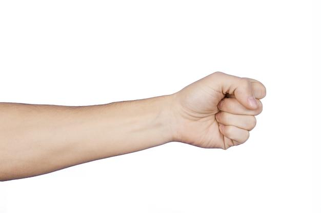 Puño y brazo apretados del hombre caucásico, en forma de un golpe, aislado sobre fondo blanco.