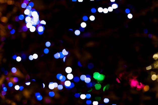 Punto de color iluminado con fondo oscuro.