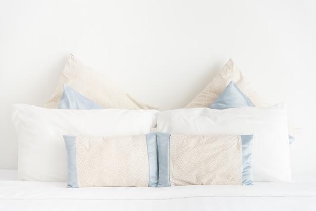 Punto de enfoque selectivo con almohada en dormitorio.