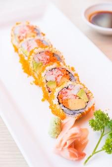 Punto de enfoque selectivo california roll maki sushi