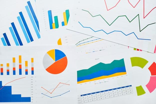 Punto final empresarial con gráficos de informes en papel