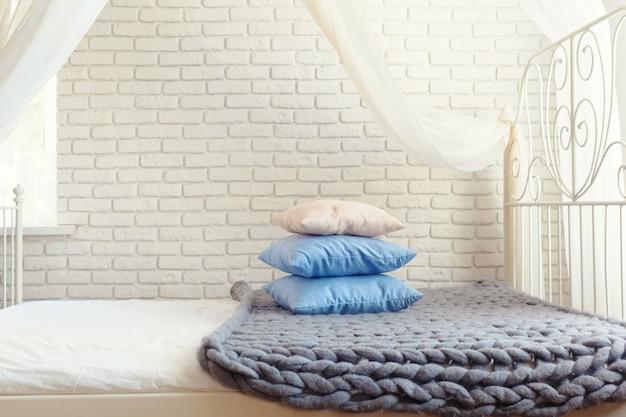 Punto gris a cuadros gigantes con almohadas