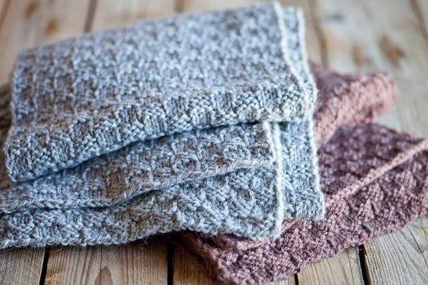 Punto de lana gris y bufandas marrones