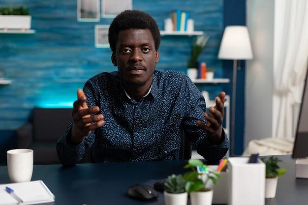 Punto de vista de un estudiante negro que tiene una videollamada en línea