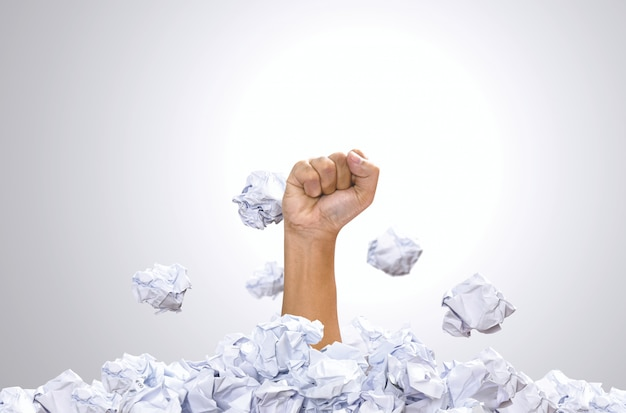 Punzón de mano montón de bola de papel. concepto de zona de confort, motivación y conceptos de desafío.