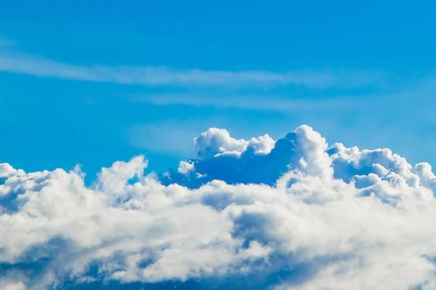 Puras nubes blancas mullidas en un cielo azul. un símbolo de pureza y sueños.