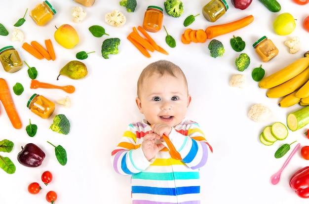 Puré de bebé con verduras y frutas. enfoque selectivo. comida.