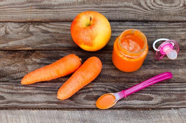Puré de frutas, zanahoria, manzana y chupete.