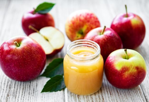 Puré de manzana en frasco de vidrio