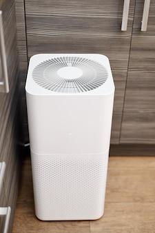 Purificador de aire blanco en la cocina del apartamento.