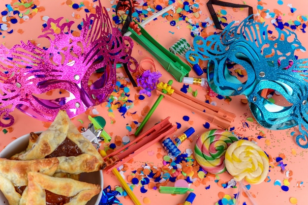 Purim con máscara de carnaval, traje de fiesta y hamantasc.