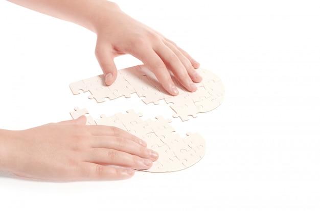 Puzzle corazón aislado sobre un fondo blanco.