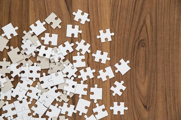 Puzzle de piezas en mesa de madera.
