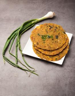 Pyaj parantha o cebolla paratha es una cocina india pakistaní, servida en un plato