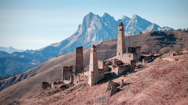 Pyaling es una ciudad-asentamiento medieval en ingushetia. consiste en un santuario, torres de batalla y residenciales. ubicado en la región de dzheyrakh. rusia