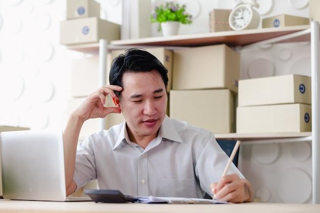 Pyme de pequeñas empresas, hombres muy felices trabajando buscando orden en línea en computadora portátil