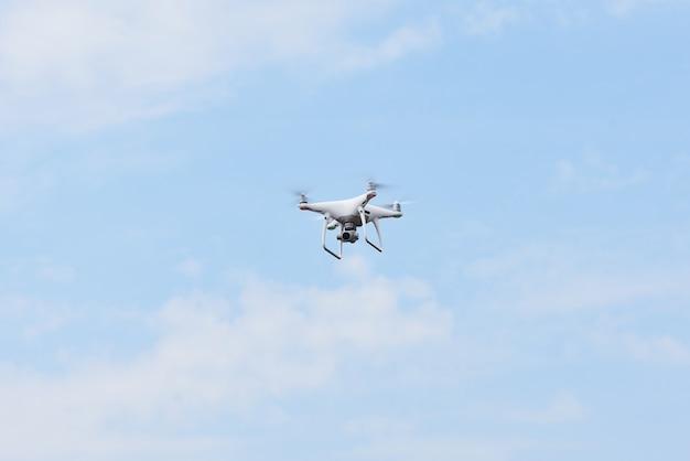 Quad helicóptero drone con cámara digital de alta resolución en el cielo.
