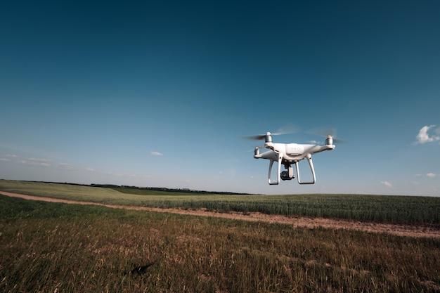 Quad helicóptero drone en campo verde