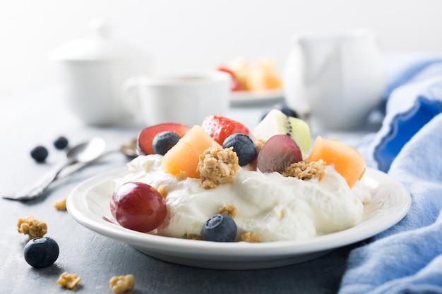 Quark con granola, frutas y bayas.