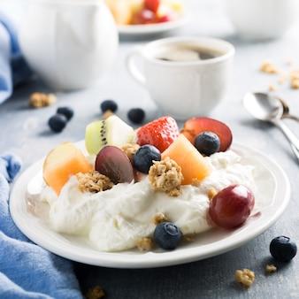 Quark con granola, frutas y bayas