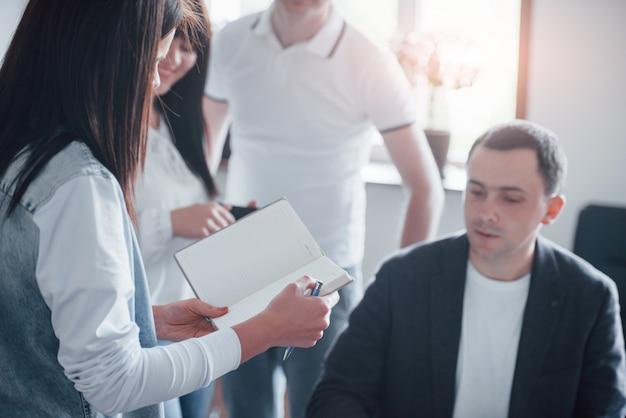 Qué tareas tenemos hoy. grupo de personas en conferencia de negocios en el aula moderna durante el día