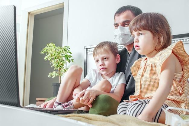 Quedarse en casa. familia sentada en casa. cuarentena o autoaislamiento. concepto de salud miedos a contraer coronavirus.