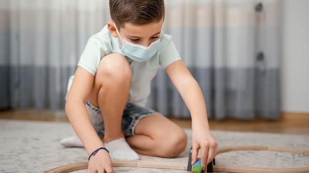 Quedarse en el interior niño jugando con juguetes