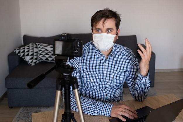 Quédese en casa, video blogger trabajando desde casa, haciendo transmisión de video en vivo