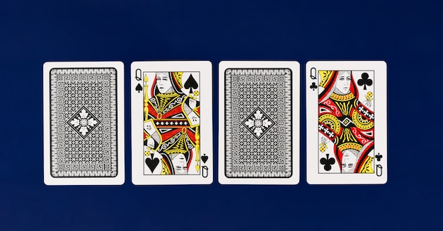 Queen playing cards con fondo azul claro para poker y casino copyspace