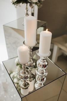 Quemando velas en la caja de cristal