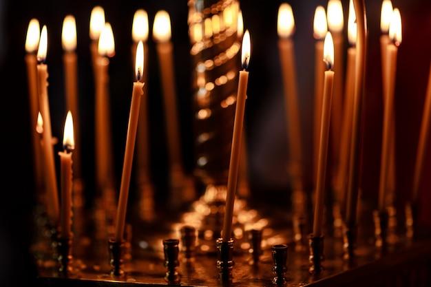 Quemando velas en la iglesia