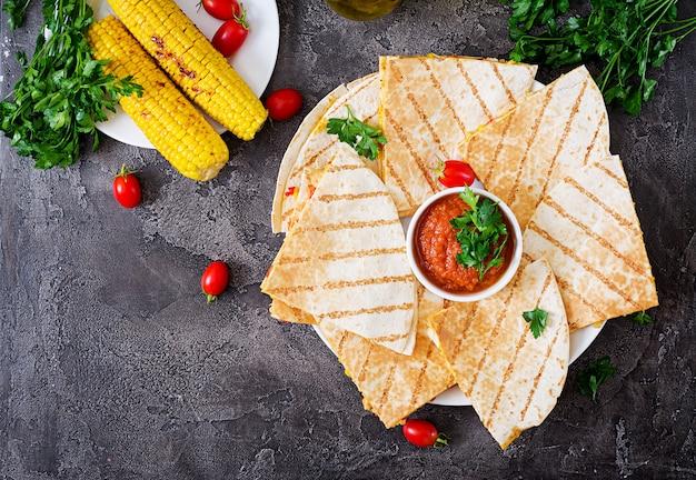 Quesadilla mexicana envuelta con pollo, maíz y pimiento dulce y salsa de tomate.