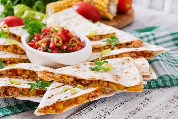 Quesadilla mexicana envuelta con pollo, maíz y pimiento y salsa
