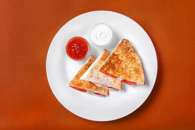 Quesadilla con pollo y tomate, dos salsas