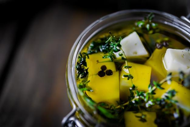 Queso en aceite de oliva con hierbas aromáticas (tomillo y romero).