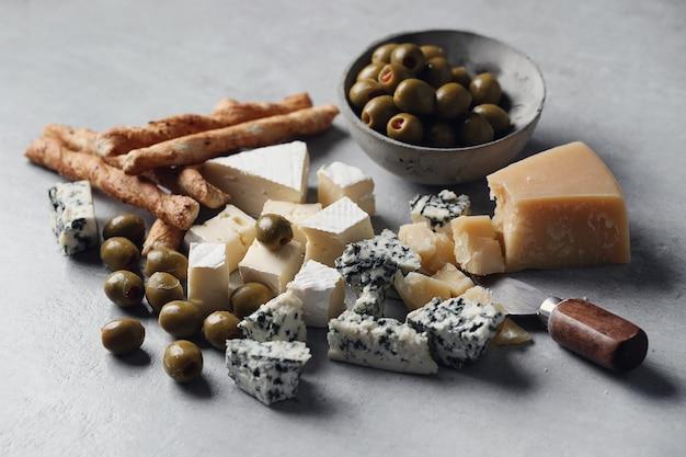 Queso, aceitunas y palitos de queso
