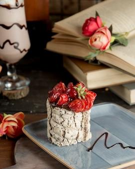 Queso de cabra blanco con fresas y jarabe de chocolate.