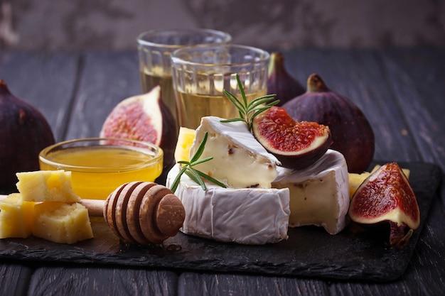 Queso camembert con higos, miel y vino. enfoque selectivo