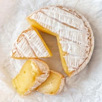 Un queso camembert madurado suave en blanco.