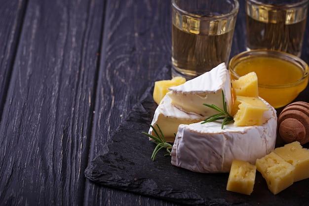 Queso camembert con miel y vino. enfoque selectivo