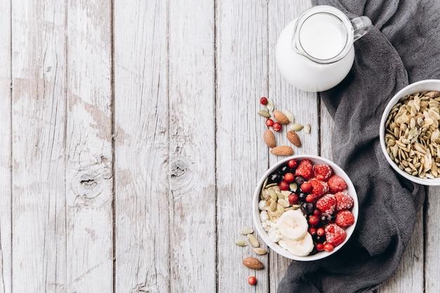 Queso cottage con bayas y nueces para el desayuno.
