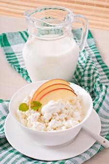 Queso cottage con manzanas y crema agria para el desayuno de cerca
