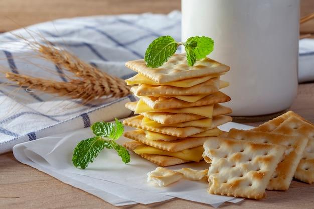 Queso y galletas con leche fresca.