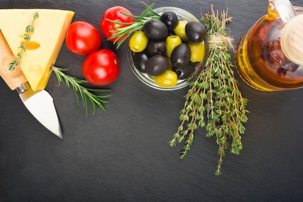 Queso con hierbas frescas, aceitunas negras y verdes, tomates cherry