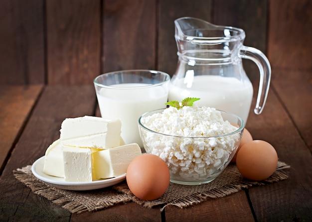 Queso, leche y arándanos en una mesa de madera en un estilo rústico
