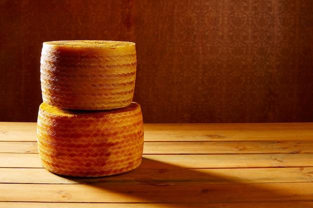 Queso manchego de españa en mesa de madera.