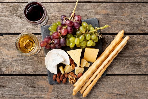 Queso en mesa para cata de vinos