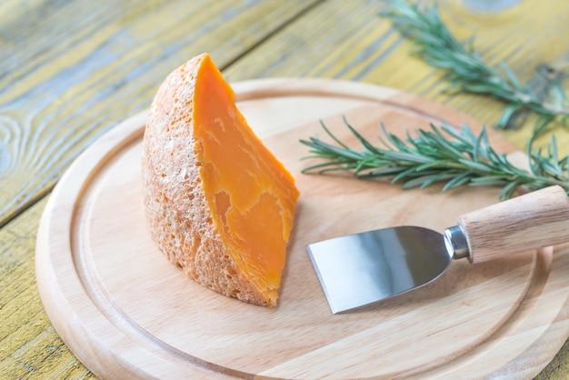 Queso mimolette en la tabla de madera