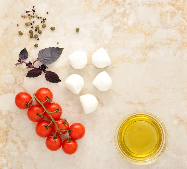 Queso mozzarella, tomates cherry y albahaca