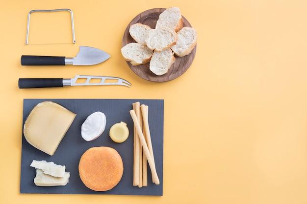 Queso y pan para picar